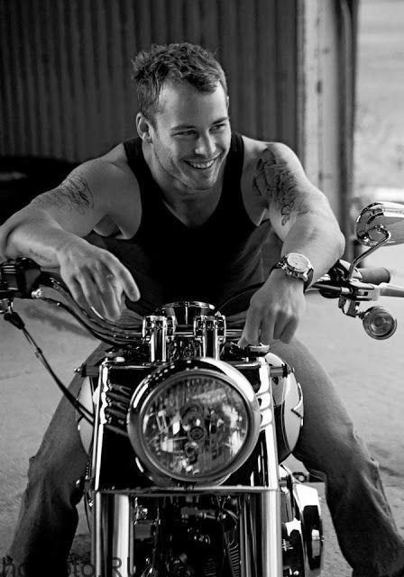 Гей байкер на мотоцикле